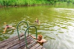 Gruppe Freunde, die im See schwimmen stockfoto