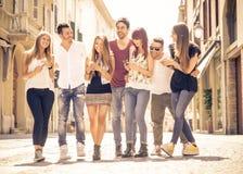 Gruppe Freunde, die im Stadtzentrum sich treffen stockbild