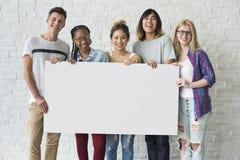 Gruppe Freunde, die leeres Fahnen-Konzept halten Lizenzfreie Stockfotos