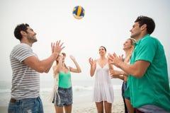 Gruppe Freunde, die mit einem Wasserball spielen Stockfoto