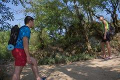Gruppe Freunde, die mit Rucksäcken im Waldrucksack im Wald wandert gehen Wagen Sie, reisen Sie, Tourismus, aktiver Rest, Wanderun stockfoto
