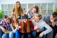 Gruppe Freunde, die mit VR spielen stockbilder