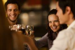 Gruppe Freunde, die mit Wein rösten Stockfoto
