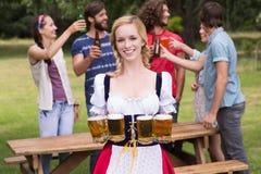 Gruppe Freunde, die oktoberfest feiern lizenzfreie stockfotografie