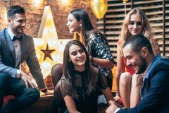 Gruppe Freunde, die Partei genießen und Spaß haben lizenzfreies stockbild