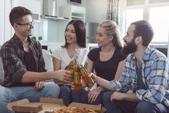 Gruppe Freunde, die Partei zusammen zu Hause haben Lizenzfreie Stockfotografie