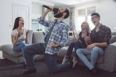Gruppe Freunde, die Partei zusammen zu Hause haben Stockfotografie