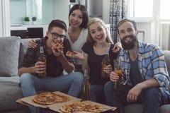 Gruppe Freunde, die Partei zusammen zu Hause haben Lizenzfreie Stockbilder