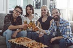 Gruppe Freunde, die Partei zusammen zu Hause haben Lizenzfreies Stockbild