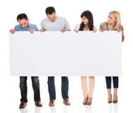 Gruppe Freunde, die Plakat halten Stockbild