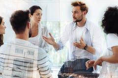 Gruppe Freunde, die Psychologen besuchen Lizenzfreie Stockbilder