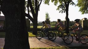 Gruppe Freunde, die radfahrend in Park genießen stock video