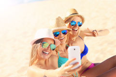 Gruppe Freunde, die selfie auf dem Strand nehmen lizenzfreie stockbilder