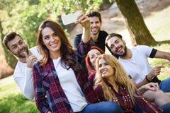 Gruppe Freunde, die selfie im städtischen Hintergrund nehmen lizenzfreies stockfoto