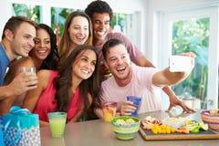 Gruppe Freunde, die Selfie nehmen, während, Geburtstag feiernd Stockfotos