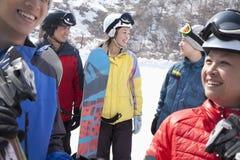 Gruppe Freunde, die in Ski Resort lächeln Stockfoto