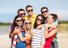 Gruppe Freunde, die Spaß auf dem Strand haben Stockbilder