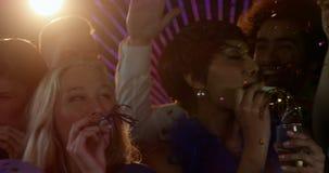 Gruppe Freunde, die Spaß in der Stange haben stock video