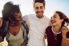 Gruppe Freunde, die Spaß draußen haben stockfotografie