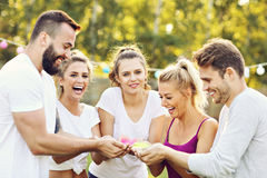 Gruppe Freunde, die Spaß am Farbfestival haben Stockfotos