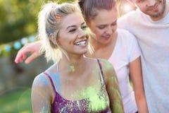 Gruppe Freunde, die Spaß am Farbfestival haben Lizenzfreie Stockbilder