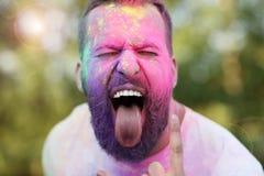 Gruppe Freunde, die Spaß am Farbfestival haben Lizenzfreies Stockfoto