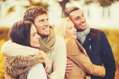 Gruppe Freunde, die Spaß im Herbstpark haben Stockfotografie