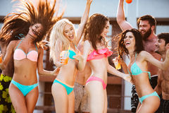 Gruppe Freunde, die Spaß am Swimmingpool draußen haben Stockfoto