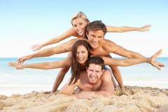 Gruppe Freunde, die Strand-Feiertag genießen Lizenzfreie Stockfotos