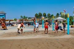 Gruppe Freunde, die Strandsalve spielen lizenzfreies stockbild