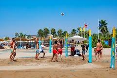 Gruppe Freunde, die Strandsalve spielen stockfotos