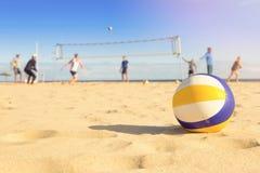 Gruppe Freunde, die Strandvolleyball spielen lizenzfreie stockfotos