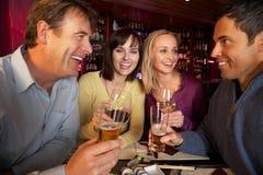 Gruppe Freunde, die Sushi in der Gaststätte genießen Stockfoto