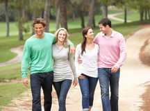 Gruppe Freunde, die Weg im Park genießen Stockfoto