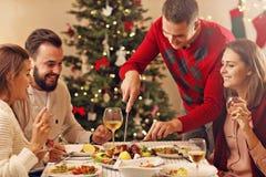 Gruppe Freunde, die Weihnachten feiern lizenzfreies stockfoto