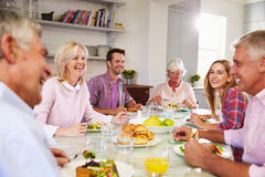 Gruppe Freunde, die zu Hause Mahlzeit zusammen genießen stockfotos
