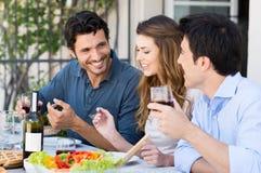 Gruppe Freunde, die zu Mittag essen Stockfotos