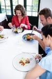 Gruppe Freunde, die zu Mittag essen Lizenzfreie Stockbilder