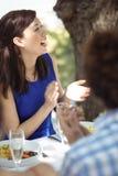 Gruppe Freunde, die zu Mittag essen Stockbilder