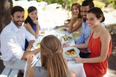 Gruppe Freunde, die zu Mittag essen Lizenzfreies Stockbild