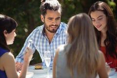 Gruppe Freunde, die zu Mittag essen Stockbild