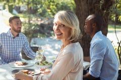 Gruppe Freunde, die zu Mittag essen Lizenzfreie Stockfotografie