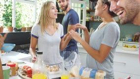 Gruppe Freunde, die zusammen Frühstück in der Küche kochen stock footage