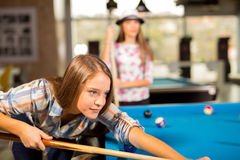 Gruppe Freunde, die zusammen Pool spielen Lizenzfreie Stockfotos