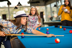 Gruppe Freunde, die zusammen Pool spielen Stockfoto