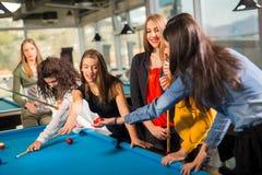 Gruppe Freunde, die zusammen Pool spielen Stockfotografie