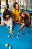 Gruppe Freunde, die zusammen Pool spielen Stockbild