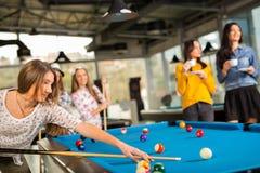 Gruppe Freunde, die zusammen Pool spielen Lizenzfreies Stockbild