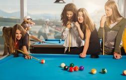 Gruppe Freunde, die zusammen Pool spielen Stockfotos
