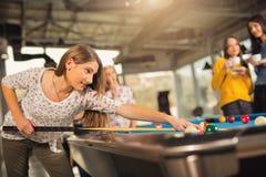 Gruppe Freunde, die zusammen Pool spielen Stockbilder
